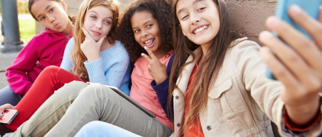 Piolho não tem hora nem lugar. Crianças, adolescentes e adultos podem pegar piolhos de várias maneiras, inclusive em lugares onde você nem imagina.Para saber como se proteger e mais detalhes da transmissão da pediculose, confira o artigo de hoje.