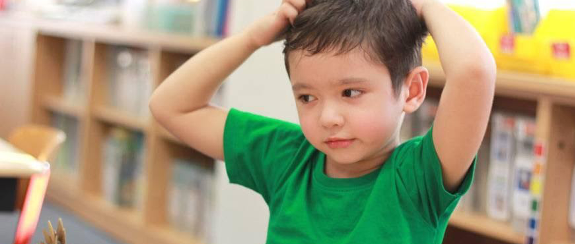 Crianças em idade escolar costumam ser as mais afetadas por piolhos e lêndeas. Saiba como agir em caso de suspeita ou confirmação do parasita nas crianças.