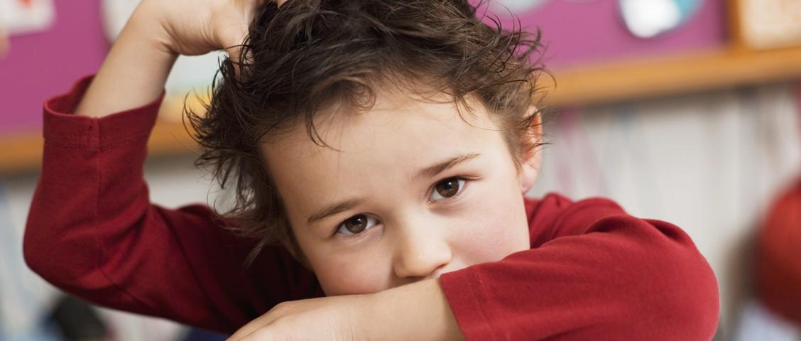 Apesar de acometer indivíduos de todas as idades, gêneros, classes e etnias, crianças em idade escolar são o principal alvo de piolhos e lêndeas.