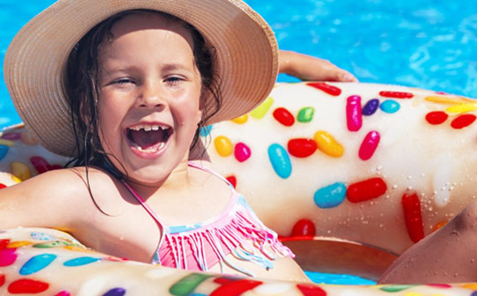 Descubra como proteger os fios e couro cabeludo de toda a família durante o verão, estação mais quente do ano onde a proliferação da pediculose é maior.